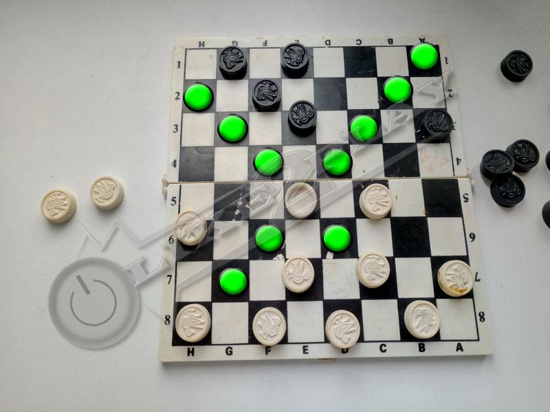 как ходит дамка в шашках